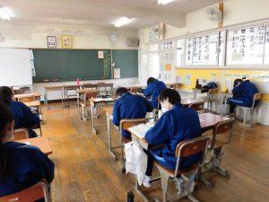 3年生の教室では,学習をコツコツと進めるチームあり。