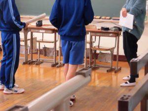別の教室では予餞会のための劇の練習中でした。