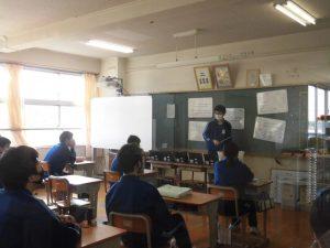 電子の流れなどについて班の代表が黒板前で発表しています。