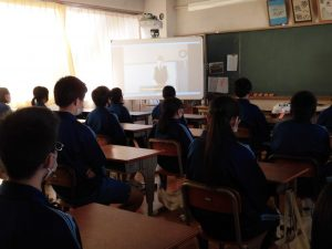 こちらのクラスは机を整え,姿勢を整え,素晴らしい姿で参加しています。