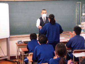 八千代市教育長賞をいただいた生徒には,校長先生から賞状授与です。