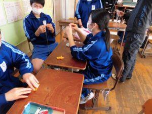 教室装飾として,折り鶴のタペストリーを作っています。