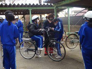 交通安全委員は,自転車点検実施中。