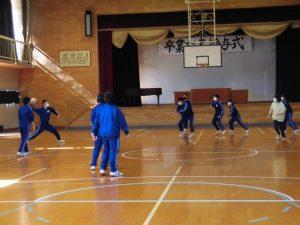 2年生は,体育館でドッチボールでした。先生も負けずに走っています。