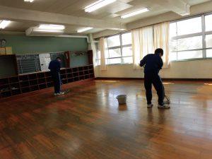 レクの後は大掃除。放課後には,リーダーたちが,教室にワックスを塗ってくれました。