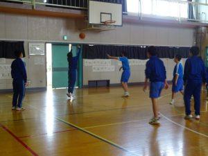 クラス別チームでバスケットをしました。
